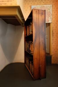 O anexo da casa onde a família de Anne Frank viveu era escondido por uma estante