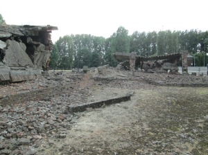 Um dos crematórios de Auschwitz II destruídos pelos alemães após o fim da guerra
