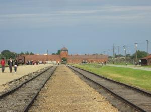 Entrada de Auschwitz II-Birkenau e trilhos por onde chegavam os trens