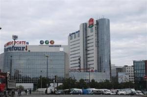 O hotel está localizado em frente a um complexo com mini shopping, Carrefour e outros hotéis da rede Accor