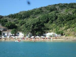 Uma das praias vista do barco