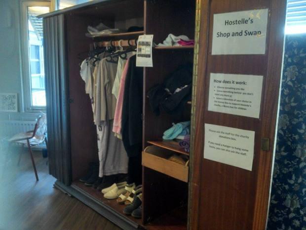 As hóspedes podem comprar ou trocar roupas no hostel