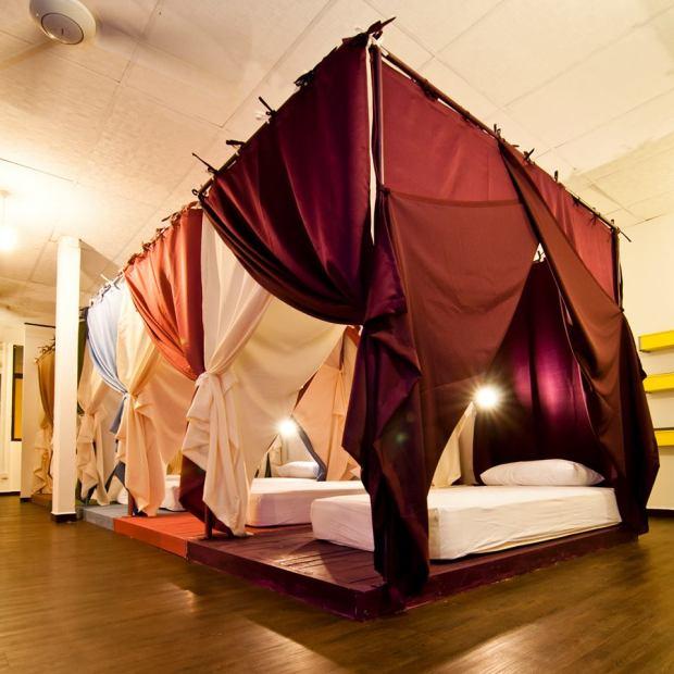 As cortinas dos dormitórios do Queen's Hostel dão um charme a mais