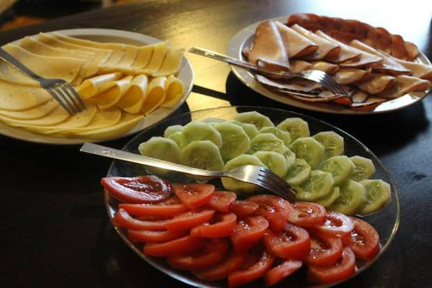 No café da manhã eles servem frios, pepino, tomate e outras coisas
