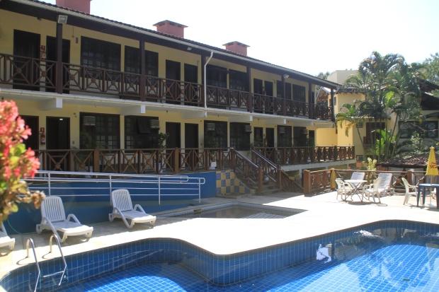 Na parte de cima do hotel estão os flats e na de baixo as suítes frente piscina
