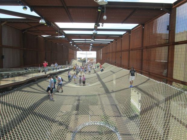 A rede na entrada é a parte mais divertida do pavilhão