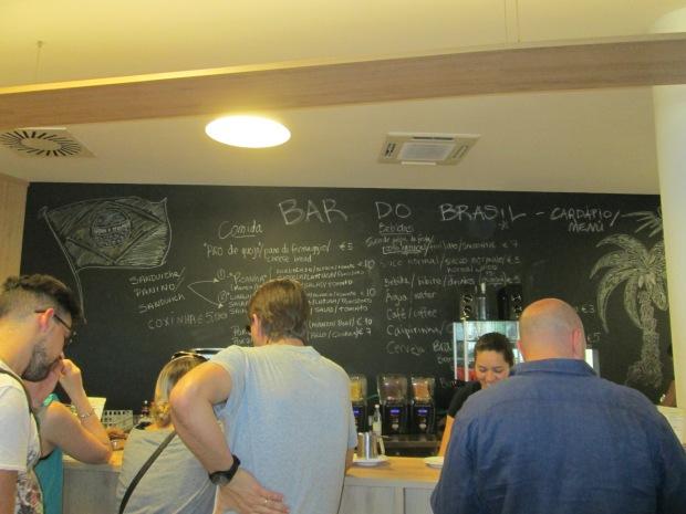 O café vende comidinhas típicas brasileiras, como a coxinha