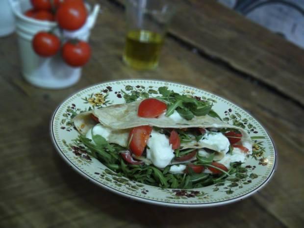 """Piadina """"Gustosissima"""" leva squacquerone, tomate, rúcula e azeite de oliva"""