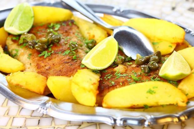restaurante terral filé de peixe acompanhado de batatas e alcaparras