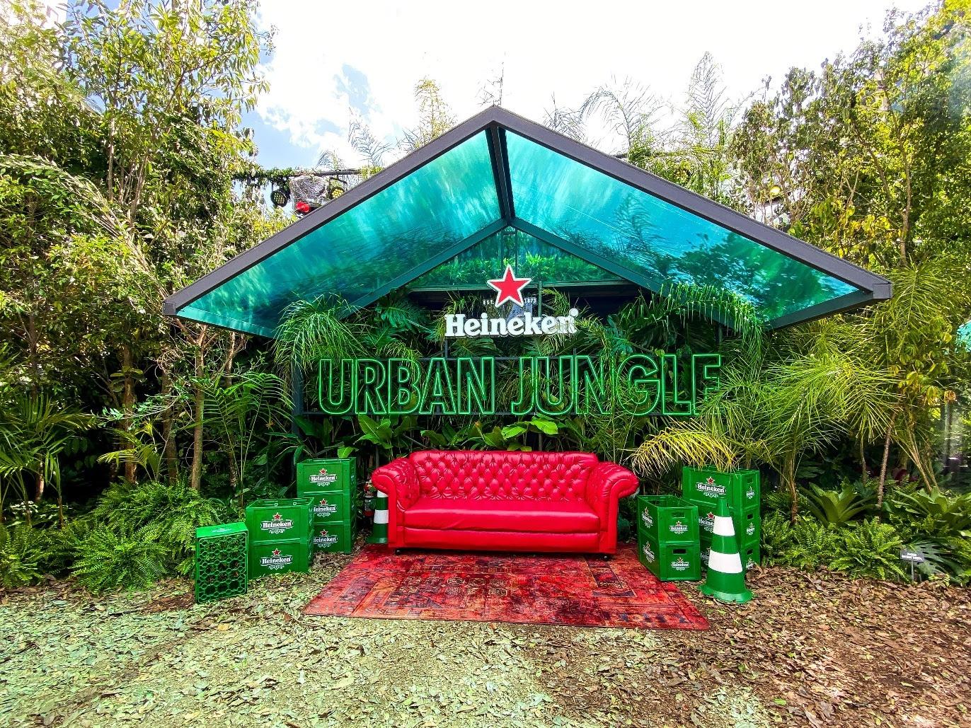 Heineken_Urban_Jungle_sofa_vermelho